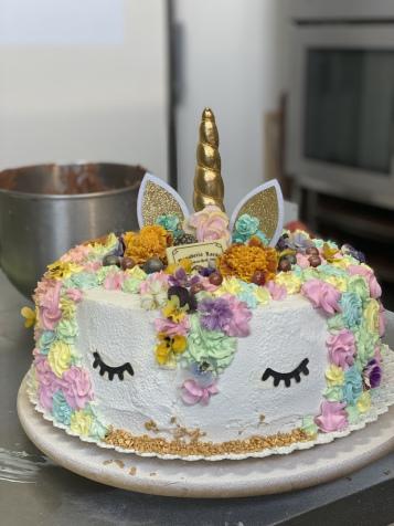 En  Panadería Lorbé estamos continuamente creando diferentes tipos de tartas, con esponjosos y jugosos bizcochos, rellenos exquisitos y sorprendentes. Prueba nuestras sabrosas tartas .