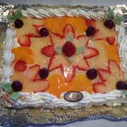 Bizcocho borracho, nata y frutas de temporada.